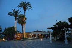 Испанский пляжный бар на сумраке стоковая фотография