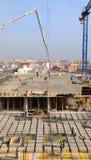 Испанский рабочий-строитель, строит главное строение Стоковые Изображения