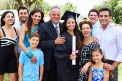 Испанский студент и семья празднуя градацию Стоковая Фотография