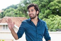 Испанский человек битника с бородой приветствуя друга Стоковая Фотография RF