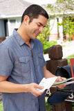 Испанский человек проверяя почтовый ящик Стоковое Изображение RF