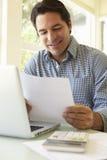 Испанский человек работая в домашнем офисе Стоковые Изображения RF