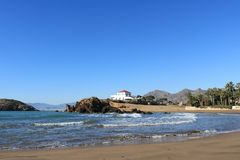 Испанский seascape песчаного пляжа с разбивая волнами стоковое изображение rf