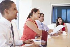 4 испанских предпринимателя имея встречу в зале заседаний правления Стоковая Фотография