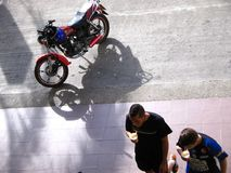 2 испанских люд идут на улицу и носят холодный напиток в устранимых чашках, вид с воздуха Стоковая Фотография