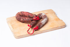 2 испанских chorizos над кухней таблицы Стоковые Фотографии RF