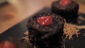 Испанского языка сосиски крови шеф-повара бара гастро с рисом и красным sause сток-видео