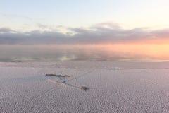 Испарение во время замерзать воды в реке, образование льда, заход солнца, резервуар Ob, Сибирь стоковые фото