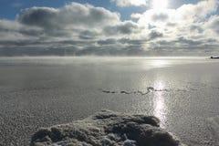 Испарение во время замерзать воды в реке, образование льда, резервуара Ob, Сибиря стоковое изображение