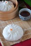 Испаренная плюшка на бамбуковой циновке с чаем Стоковые Изображения RF
