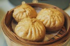 Испаренная плюшка свинины в бамбуковой корзине Стоковая Фотография RF