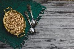 Испаренные нуты золота в шаре с винтажными ложками, вкусной еде vegan стоковые изображения rf