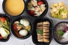 Испаренные овощи салат и суп сливк брокколи с испаренным цыпленком, каша с ягодами поленики и блинчики на завтрак стоковое фото