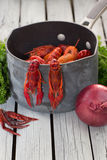Испаренные ракы готовые для еды Ые Crawfish woden предпосылка Деревенский тип стоковое изображение