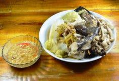 Испаренные рыбы головы змейки при гриб и имбирь куска окуная пряную фасоль сои sauce Стоковое Изображение RF