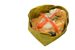 Испаренные рыбы с затиром карри заполнили индийскую шелковицу в сливк кокоса на белой предпосылке Стоковая Фотография