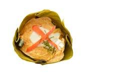 Испаренные рыбы с затиром карри заполнили индийскую шелковицу в сливк кокоса на белой предпосылке Стоковое Изображение