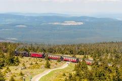 Испаритесь поезд climping следы к верхней части горы Brocken Стоковые Изображения