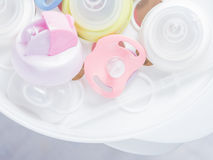 Испаритесь стерилизатор и сушильщик для стерилизует аксессуары младенца Стоковая Фотография RF