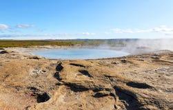 Испаряться фонтан в геотермической области в юго-западной Исландии Геотермические характеристики стоковые изображения