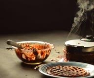 Испаряться waffles шоколада подготовки смешивая шара грязный Стоковые Фотографии RF