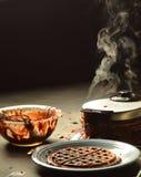 Испаряться waffles шоколада подготовки смешивая шара грязный Стоковые Изображения RF