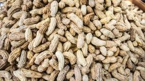 Испаряющся куча арахисов в деревянном подносе сплетите Стоковые Фотографии RF
