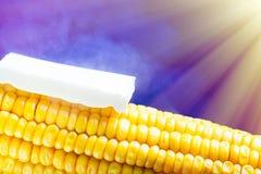 Испаряющся мозоль с плавя концом масла вверх на голубой предпосылке с солнечным светом Стоковые Изображения
