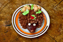 Испеките в форме hedgehog на деревянной стойке Стоковое фото RF