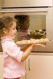 испеките девушку печений держа к подносу Стоковое фото RF