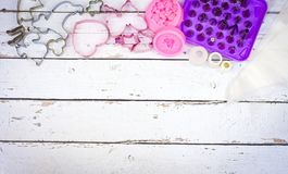 Испеките инструменты для прессформы печенья и торта для булочки и пирожного на белой деревянной предпосылке стоковое фото rf
