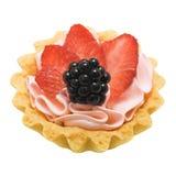 Испеките корзину при изолированные сливк и ягоды, стоковые изображения
