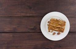 Испеките кусок с гайкой на плите на деревянном столе, взгляд сверху Стоковые Фото