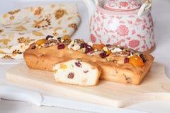 Испеките с гайками и высушенным натюрмортом плодоовощей в таблице Провансали восхитительно красивой стоковая фотография rf