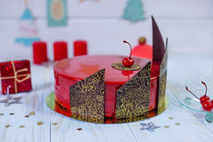 Испеките с красным зеркалом поливы с украшением вишни и шоколада Стоковые Фотографии RF