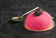 Испеките с марципаном и ложкой для завтрака на конкретном backgr Стоковое Фото
