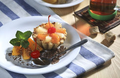 Испеките с персиком, вишней и мятой Стоковая Фотография