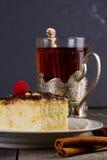 Испеките с сливк шоколада и чашкой чаю в держателе чашки  Стоковое Изображение