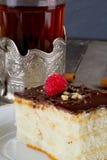 Испеките с сливк шоколада и чашкой чаю в держателе чашки  Стоковая Фотография RF