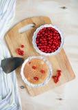 Испеките с ягодами на светлом деревянном взгляд сверху предпосылки Стоковое фото RF