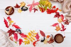 Испеките, черный chokeberry, красная рябина, листья осени и чашка кофе с молоком на светлой предпосылке Блюда глины Бежевый Джерс стоковая фотография
