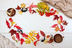 Испеките, черный chokeberry, красная рябина, листья осени и чашка кофе с молоком на светлой предпосылке Блюда глины Бежевый Джерс стоковые изображения