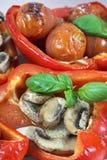 2 испекли перцы с несколькими листьев базилика, champignons и вишни Стоковое Изображение RF