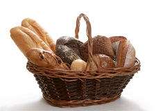 испеченная белизна корзины изолированная хлебом Стоковое Изображение