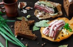 Испеченная ветчина с хлебом и специями на темной таблице Стоковое Изображение