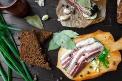 Испеченная ветчина с хлебом и специями на темной таблице Стоковая Фотография