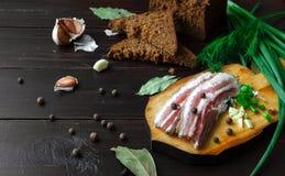 Испеченная ветчина с хлебом и специями на темной таблице Стоковое Изображение RF