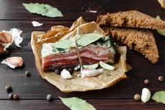 Испеченная ветчина с хлебом и специями на темной таблице Стоковые Фото