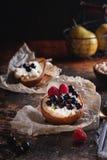 Испеченная груша с медом, творогом, полениками и смородинами Свежий домодельный десерт Состав пищи в низком ключе стоковая фотография rf