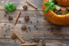 Испеченная еда в тыкве на деревенской коричневой деревянной предпосылке потушено стоковые фотографии rf